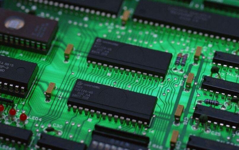 芯片是集成电路的载体,由晶圆分割而成,我们使用的智能手机,电脑